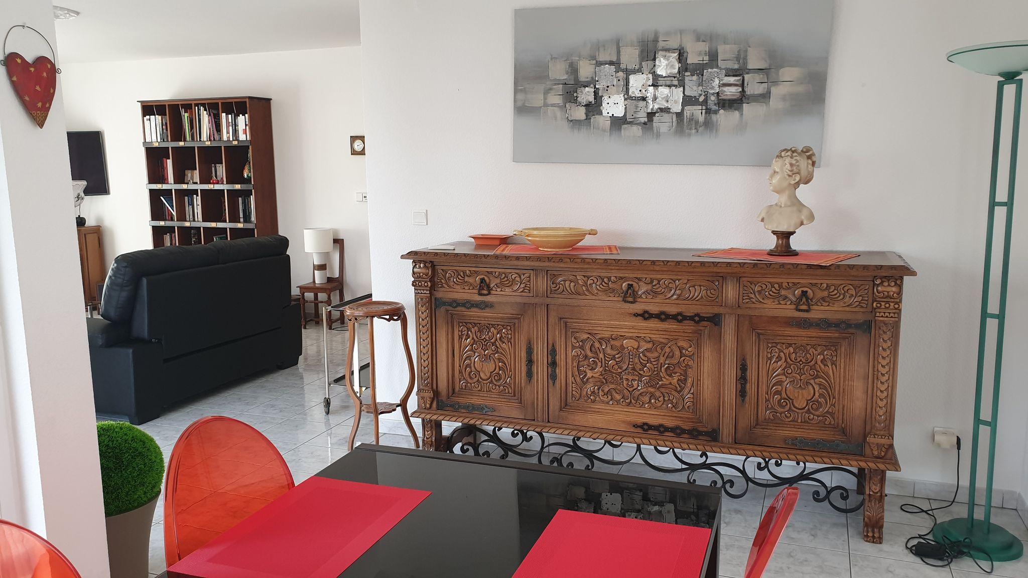 Appartement lumineux et confortable, situé à quelques centaines de mètres du centre de Colmar, son calme et sa terrasse donnant sur un parc verdoyant en font un endroit agréable à vivre au cœur d'une ville alsacienne riche en histoire et tournée vers l'avenir.